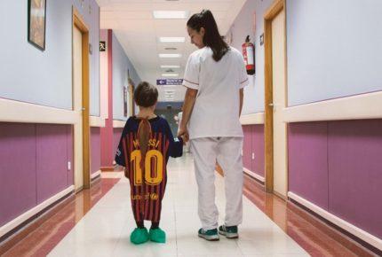 #Lasbatasmásfuertes: su Twitter l'iniziativa  con le magliette dei calciatori convertiti in camici per i bambini in ospedale