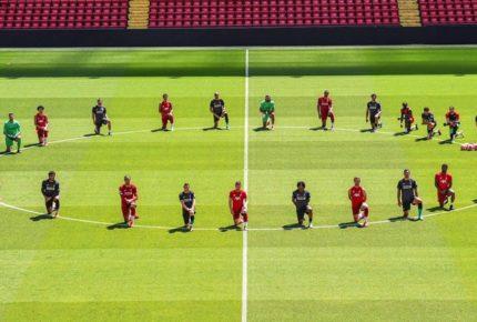 #BlackLivesMatter: sui social spopola la foto del Liverpool in ginocchio contro il razzismo che omaggia George Floyd